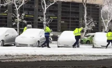 Nevica a Roma e i postini si divertono a tirarsi palle di neve