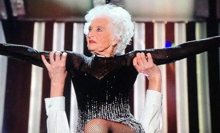 A Sanremo Paddy, la vecchia che balla: mangio tanto cioccolato