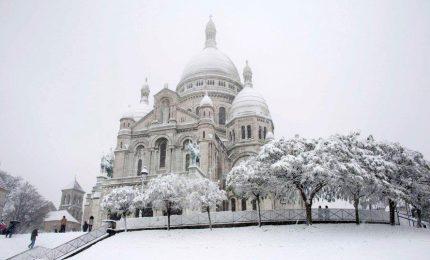 Parigi sotto la neve, e Montmartre s'imbianca