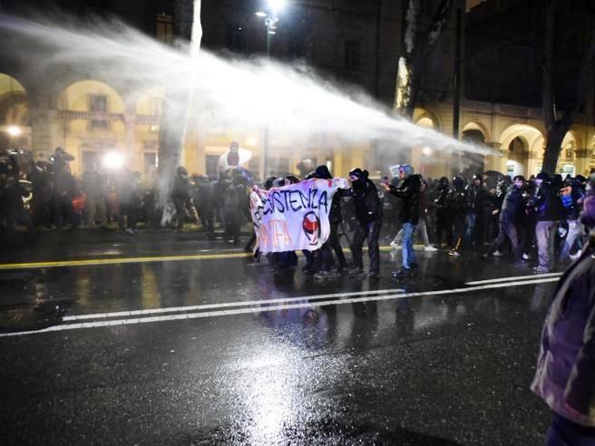 Guerriglia per Casapound a Torino, 6 agenti feriti