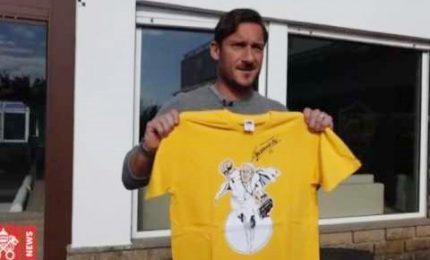 Totti lancia iniziativa benefica per il Vaticano e firma t-shirt