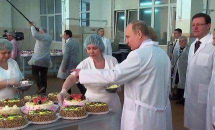 """Putin tra le pasticciere: """"Le donne più brave degli uomini"""""""