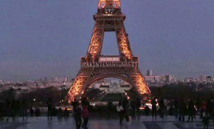 A Parigi la Torre Eiffel illuminata per le donne