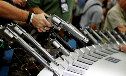 """Trump: """"Insegnanti nelle scuole portino armi nascoste"""""""