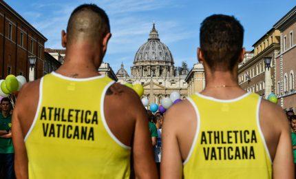 Le t-shirt della Santa Sede, Athletica adotta 2 migranti