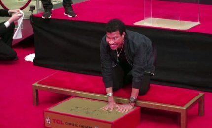 Il cantante Lionel Richie lascia le sue impronte a Hollywood