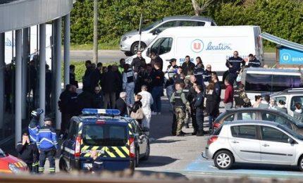 L'Isis torna a colpire la Francia, almeno 3 morti. Ucciso il terrorista asserragliato in un supermercato