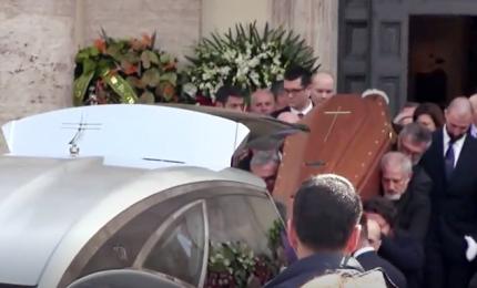 In migliaia in piazza del Popolo per il funerale di Frizzi.