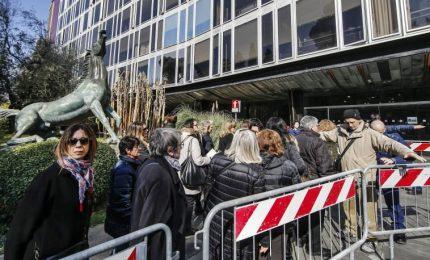 Lunga fila alla Rai per la camera ardente di Fabrizio Frizzi: da Beppe e Rosario Fiorello a Montezemolo