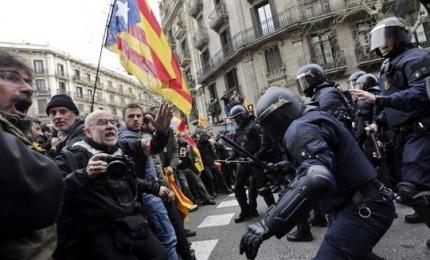 Puigdemont in carcere in Germania, rischia fino a 30 anni di carcere. Catalogna in piazza, scontro tra indipendentisti e poliziotti