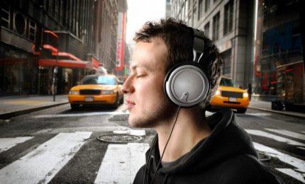 Musica a tutto volume in cuffia, giovani a rischio udito