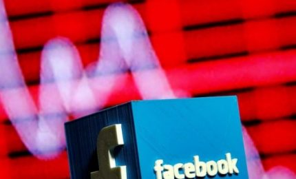 Nuovi guai per Facebook, condivide dati con produttori smartphone