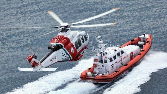 La Marina soccorre 100 migranti su un gommone a sud di Lampedusa