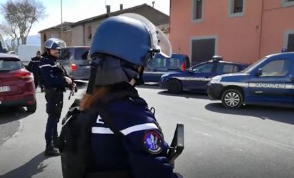 """Attacco terroristico in Francia, almeno due morti. L'attentatore ha urlato """"Allah Akbar"""". Liberati alcuni ostaggi"""