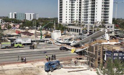Crolla ponte pedonale su auto a Miami, almeno sei morti