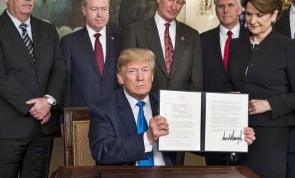 """Trump costretto a firmare legge sul budget, ma avverte: """"Mai più una così"""". Nessun dollaro stanziato per il muro messicano"""