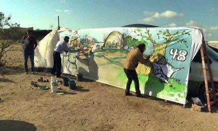 Artisti palestinesi dipingono le tende dei campi profughi