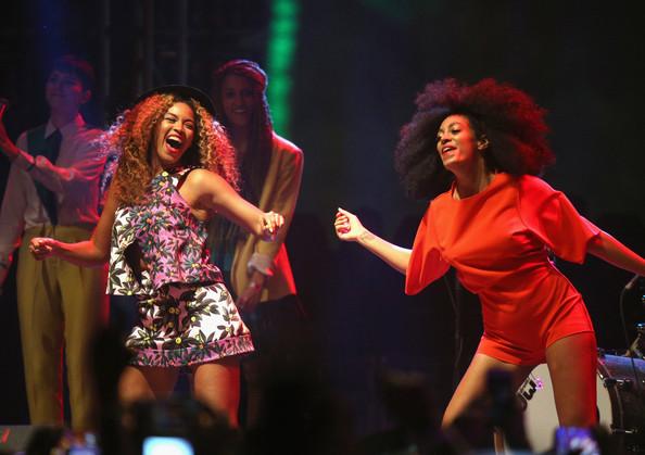 Disavventura per Beyoncé, scivola sul palco con la sorella