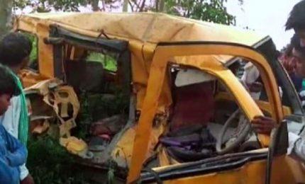 India, treno contro scuolabus: morti almeno 13 studenti