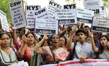 Stuprata e uccisa a otto anni, India sotto shock