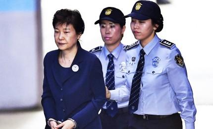 Sud Corea, Park Geun-hye condannata a 24 anni di carcere. Prima presidente donna