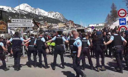 Scontri al confine fra gendarmi francesi e attivisti pro migranti