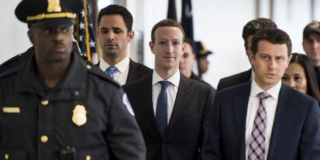 Facebook, attacchi hacker e perdite in Borsa. Zuckerberg assediato, vogliono cacciarlo