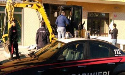 Assalto con escavatore a bancomat nel Siracusano, due arresti