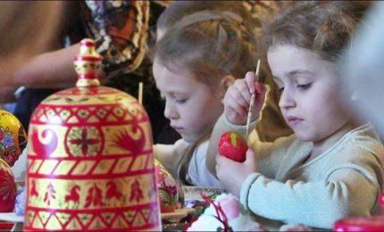 Mosca, i bimbi russi colorano le uova pasquali per i soldati in Siria