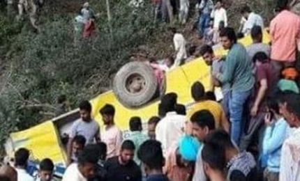 Bus precipita in una scarpata, morti 27 bambini