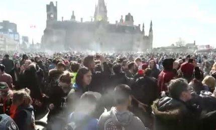 Canada, in centinaia davanti al Parlamento a fumare canne