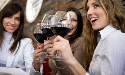 L'85% degli italiani beve vino, il futuro è autoctono e green