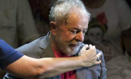 L'ex presidente Lula si e' consegnato alla polizia. Deve scontare più di 12 anni