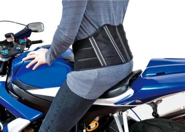 Andare in moto tutti i giorni danneggia la schiena