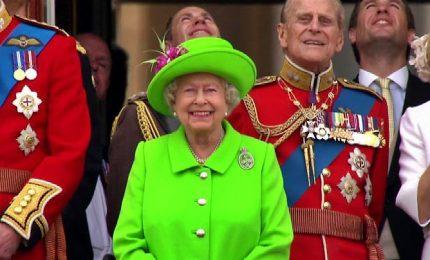 Regina Elisabetta elogia senso del dovere giovani per clima