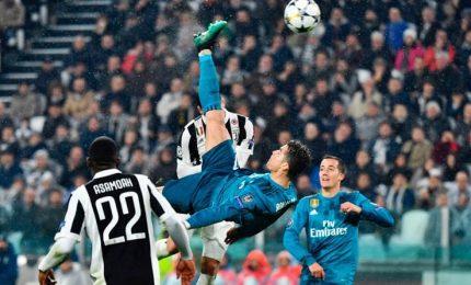 Le immagini della magica rovesciata di Ronaldo, che ringrazia