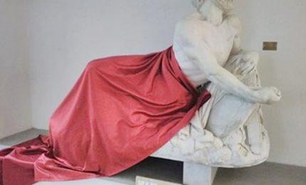 Drappo copre statua per convegno su Islam, e' polemica