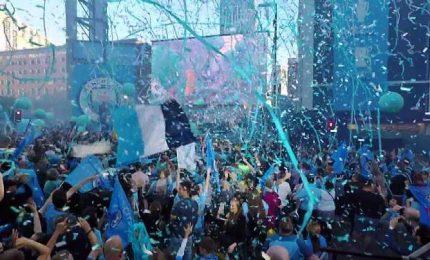 Il City campione d'Inghilterra, la festa in strada a Manchester