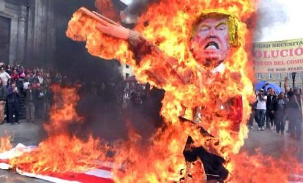 Colombia, manifestanti bruciano Trump in effigie