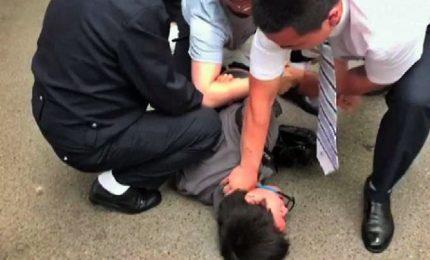 Il video del giornalista picchiato e arrestato dalla polizia a Pechino