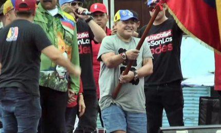 "Venezuela, Maradona balla per Maduro: sono suo ""soldato"""