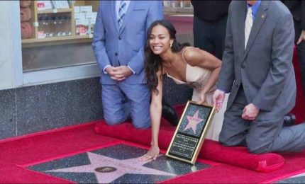 """Stella sulla Walk of Fame per la star di """"Avengers"""" Zoe Saldana"""