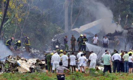 Aereo si schianta dopo decollo a Cuba: 107 morti, solo 3 donne estratte vive dai rottami