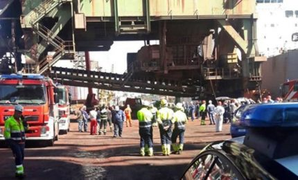 Morto l'operaio infortunato al porto di Taranto. Ilva: la gru era ferma per manutenzione