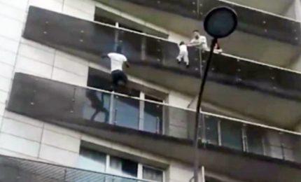 Parigi, Spiderman maliano salva bambino sospeso al quarto piano