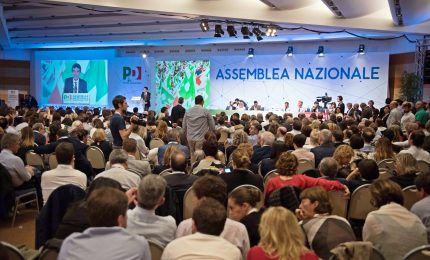 Pd si divide, linea Renzi passa tra fischi. Per ora Martina resta
