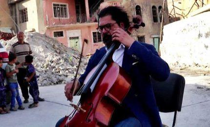 Il violoncellista che suona tra le macerie di Mosul