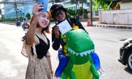 Poliziotto-tirannosauro dirige il traffico vicino Bangkok