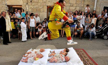 Spagna, è l'ora della festa del Colacho: si salta sui neonati