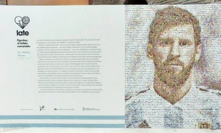 Murales di Lionel Messi fatto con 2.000 figurine sul calcio